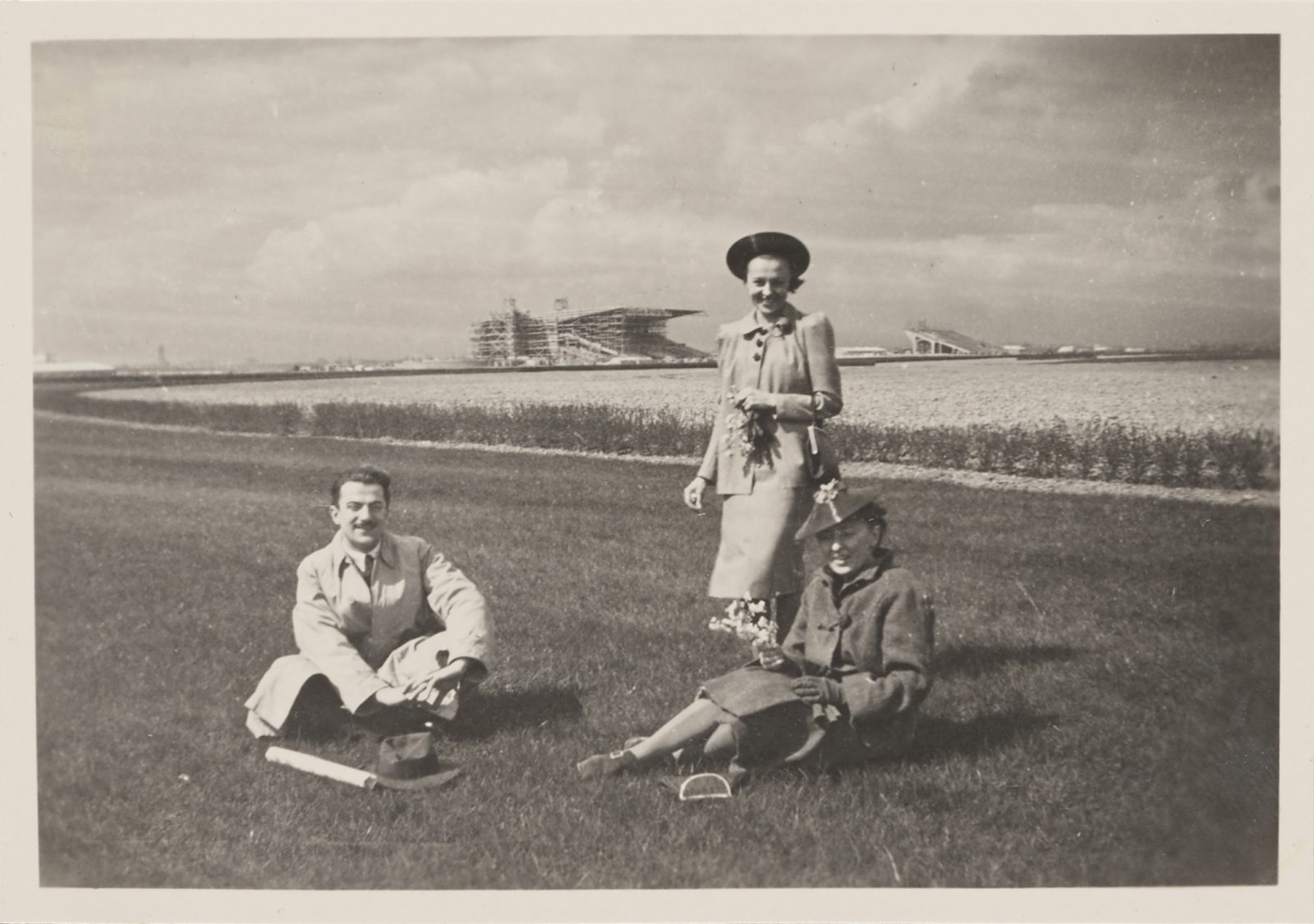 Janusz Alchimowicz, N.N. and Alina Scholtz on the premises of the horse ra-ce track, photo Tadeusz Giżycki, ca. 1936–1939/2021. Polish Horse Racing Club in Warsaw, item no. 5279, catalogue no. X/47