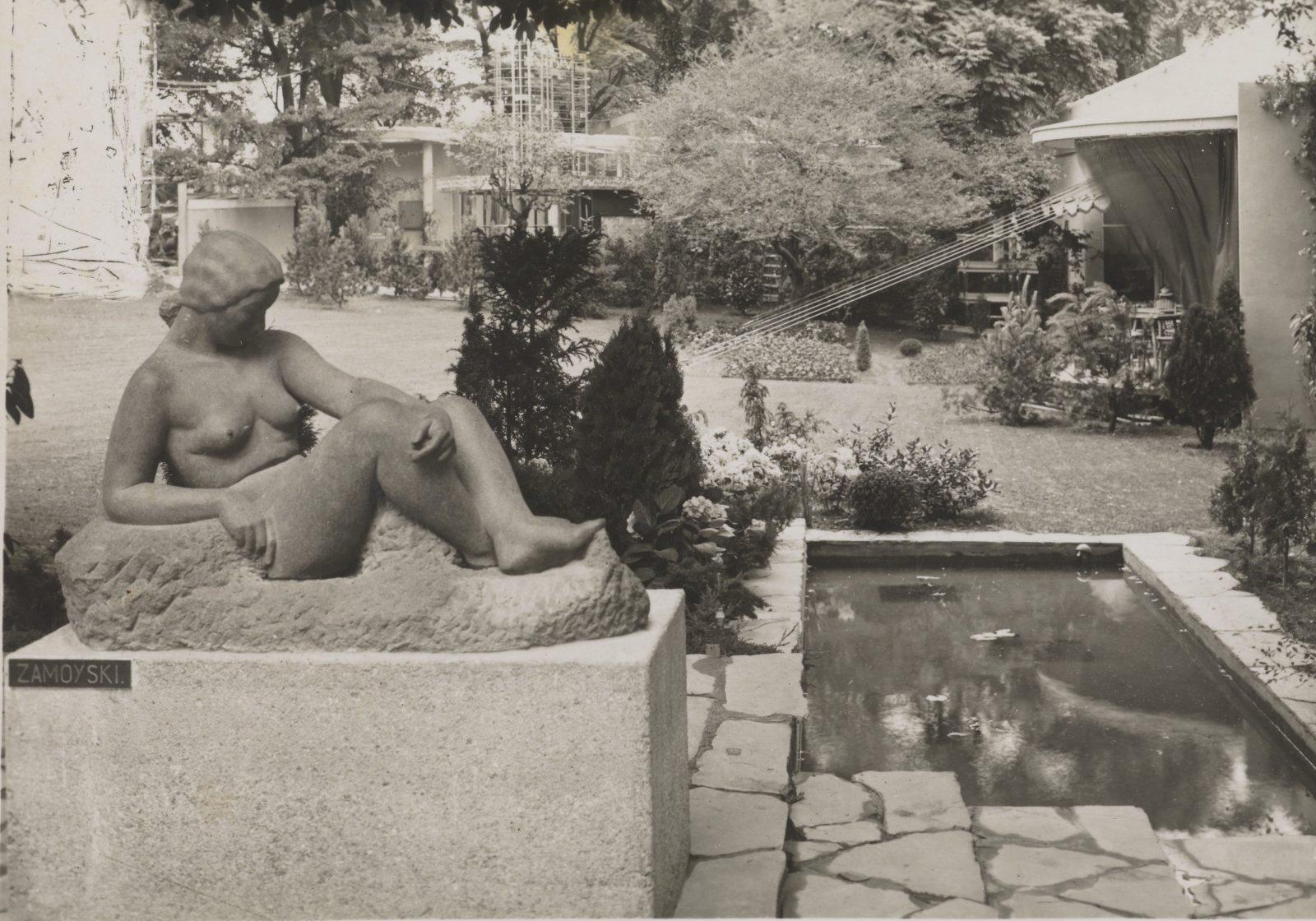 Garden view design by Alina Scholtz, sculpture by August Zamoyski, photo F. Witczak, Paris, 1937, file no. DŻS XII 8b/p.49/1, Polona – public domain